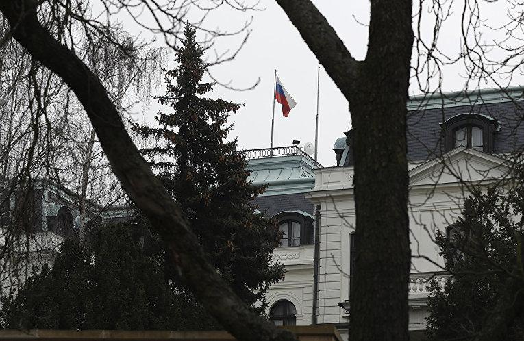Российский флаг в посольстве России в Праге