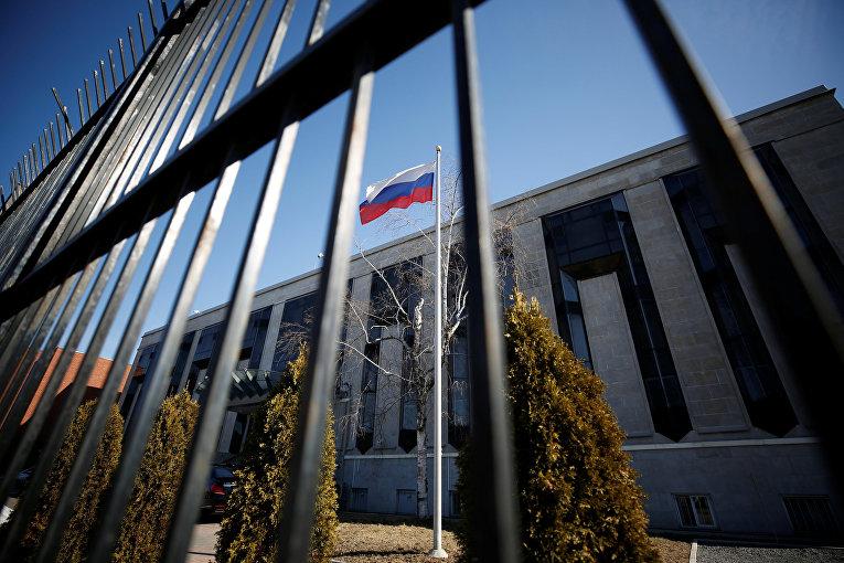 Флаг РФ на территории посольства России в Оттаве, Канада