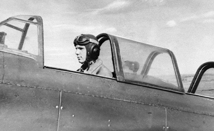 Юрий Гагарин в кабине спортивного самолета в Саратовском аэроклубе готовится к полету