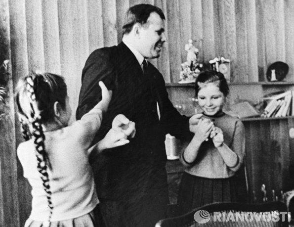 Гагарин с дочерьми во время своего последнего интервью