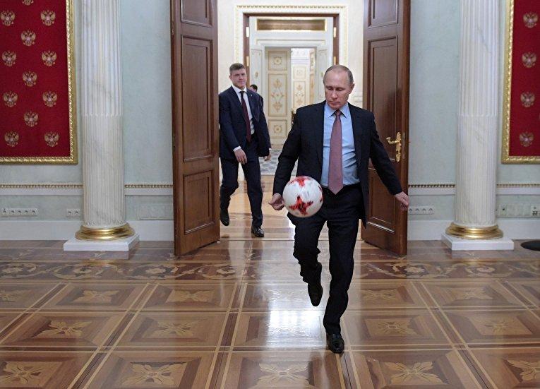 Президент РФ Владимир Путин с мячом после встречи в Кремле с президентом ФИФА Джанни Инфантино