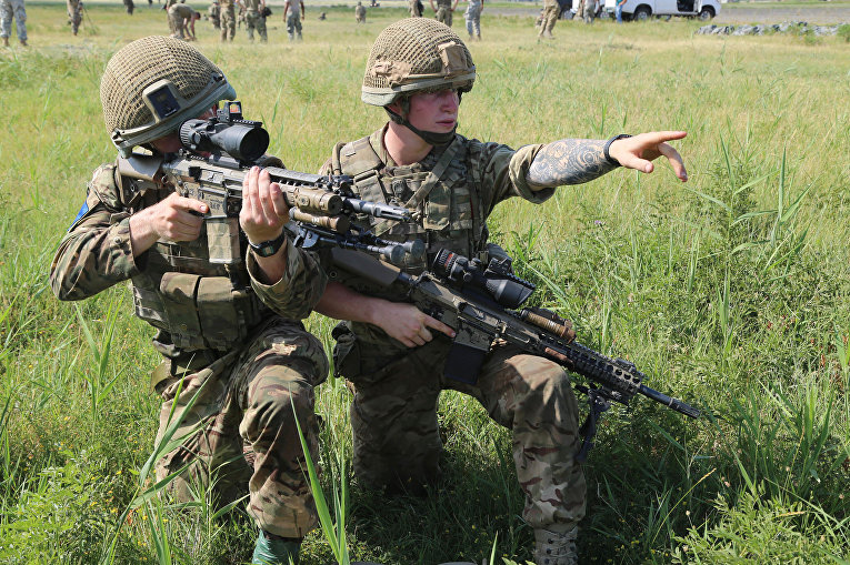 Британские солдаты на военных учениях
