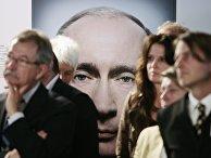 Посетители стоят перед фотографией Владимира Путина