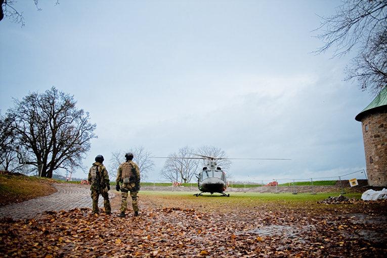 Солдаты и вертолет армии Норвегии