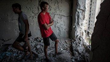 Жители Авдеевки в разрушенной в результате обстрела квартире