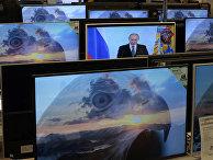 Владимир Путин на экране телевизора в магазине