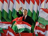 Премьер-министр Виктор Орбан машет избирателям