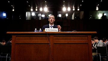 Генеральный директор «Фейсбука» Марк Цукерберг выступает перед Сенатом США