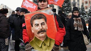 Женщина перед началом церемонии возложения цветов к могиле Сталина. 5 марта 2018