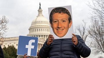 Протестующий с гигантской головой Марка Цукербергера, Вашингтон