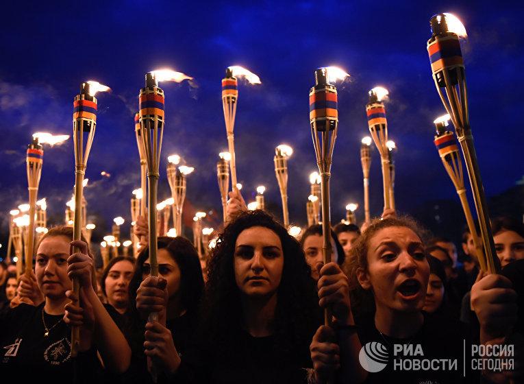 Участники факельного шествия, посвященного памяти жертв геноцида армян в Османской империи 1915 года, в Ереване