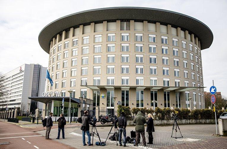 4 апреля 2018. Журналисты у здания штаб-квартиры ОЗХО в Гааге, Нидерланды, где обсуждается отравление российского шпиона в Британии