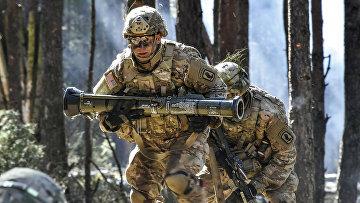 Американский десантник несет учебный гранатомет AT-4