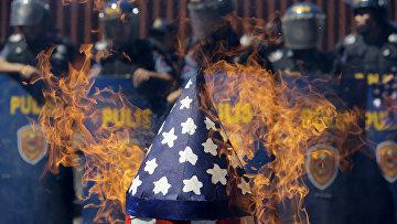 Горящий макет американской ракеты во время протестов у посольства США