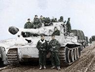 """Танковый командир Отто Кариус (в нижнем ряду слева) рядом с танком Pz VI """"Тигр I"""""""