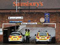 Полиция закрывает въезд на автостоянку супермаркета, где после отравления Сергея Скрипаля была обнаружена брошенная машина