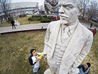 Участники общегородского субботника моют статую Ленина впарке «Музеон» вМоскве