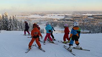 Дети катаются на лыжах в Тахко в Финляндии