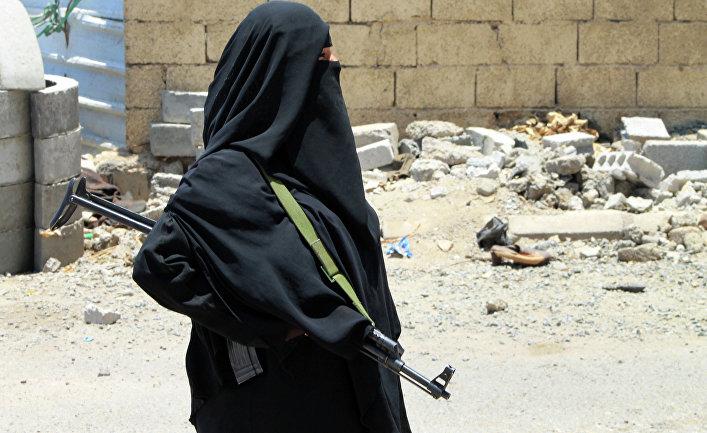 Вооруженная женщина на улице города Аден в Йемене