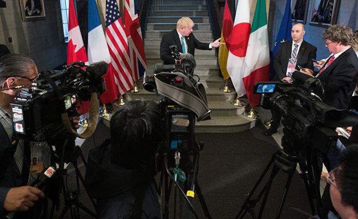 Министр иностранных дел Великобритании Борис Джонсон перед заседанием на саммите G7 в Торонто, Канада