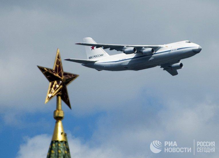 Самолет АН-124-100 во время репетиции воздушной части военного парада в Москве в ознаменование 70-летия Победы в Великой Отечественной войне