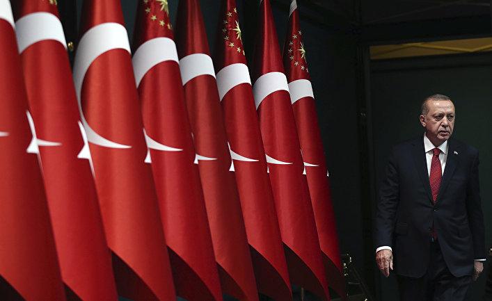 Президент Турции Реджеп Тайип Эрдоган выходит объявить о досрочных президентских и парламентских выборах