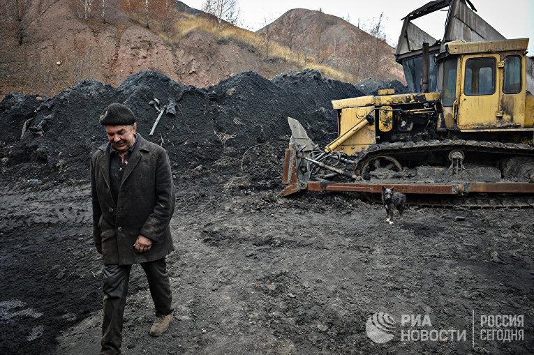 Угольный склад шахты имени Челюскинцев в Донецке