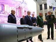 Президент РФ Владимир Путин осматривает тематическую выставку, посвященную итогам операции в Сирии. 30 января 2018