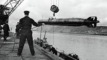Погрузка торпед на катера Северного флота