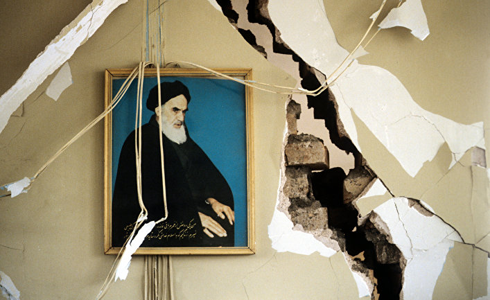 Портрет Высшего руководителя Ирана Рухолла Хомейни на стене разрушенного дома. 1990