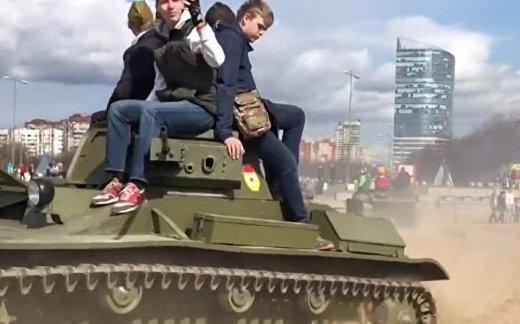 Военное шоу в России: дети под танком