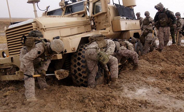 Американские морские пехотинцы откапывают застрявший броневик, Афганистан