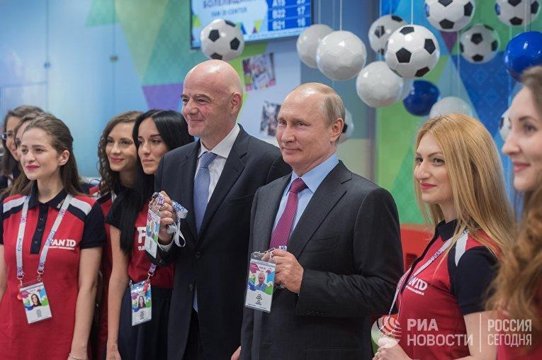Президент РФ Владимир Путин и президент FIFA Джанни Инфантино во время посещения в Сочи Центра выдачи паспортов болельщиков чемпионата мира по футболу 2018 в России. 3 мая 2018 года