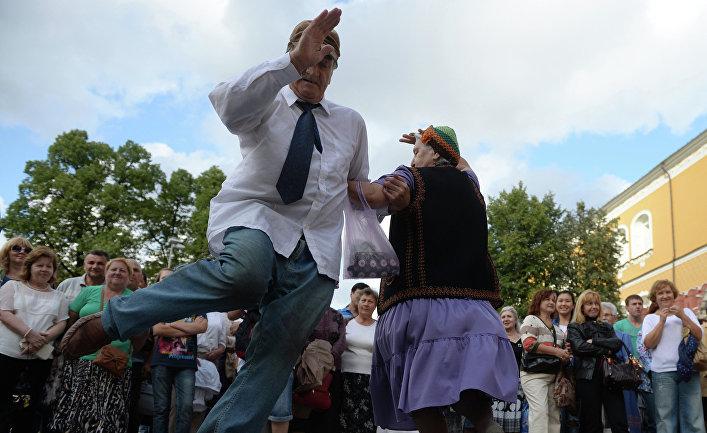 Горожане танцуют во время выступления музыкантов Государственного духового оркестра России