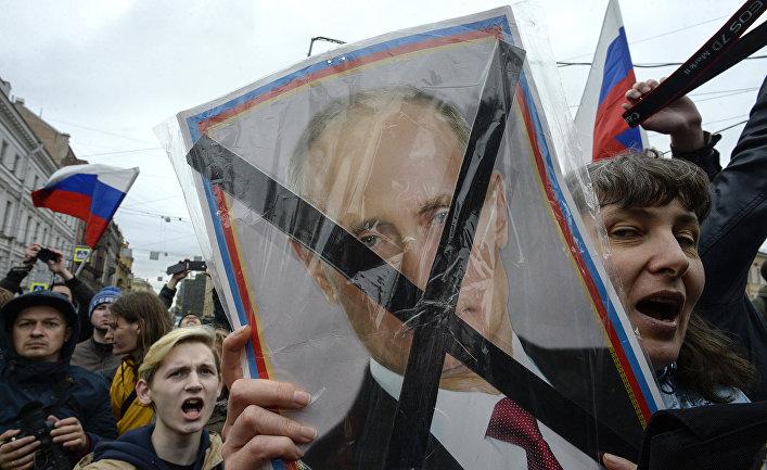 Участники несанкционированной акции оппозиции в Санкт-Петербурге