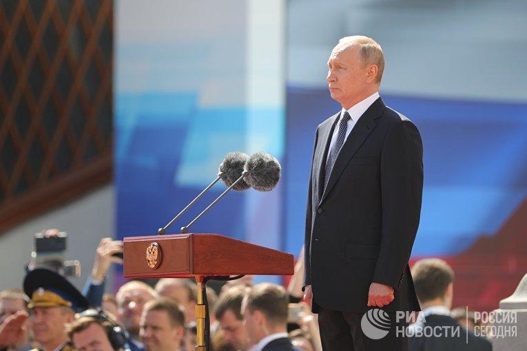 Избранный президент РФ Владимир Путин принимает парад Президентского полка на Соборной площади Московского Кремля
