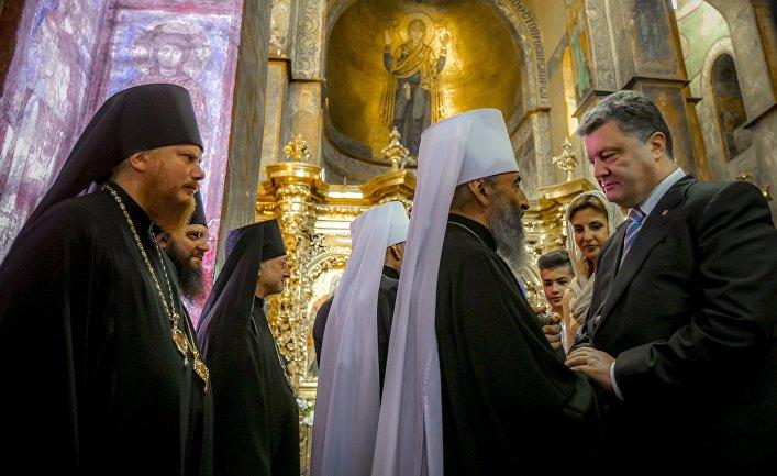 Президент Украины Петр Порошенко (справа) во время молитвы за Украину в Софийском соборе в Киеве.