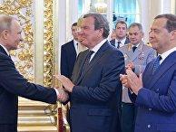 Избранный президент РФ Владимир Путин, председатель правительства РФ Дмитрий Медведев и экс-канцлер Германии Герхард Шредер во время церемонии инаугурации в Кремле. 7 мая 2018