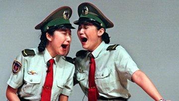 Женщины-военнослужащие Народно-освободительной армии Китая выступают в Гонконге