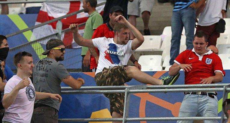 Российские болельщики атакуют болельщика сборной Англии