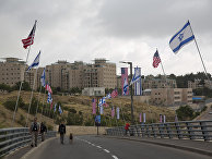 Офицеры безопасности на дороге, ведущей к зданию нового посольства США в Иерусалиме. 13 мая 2018