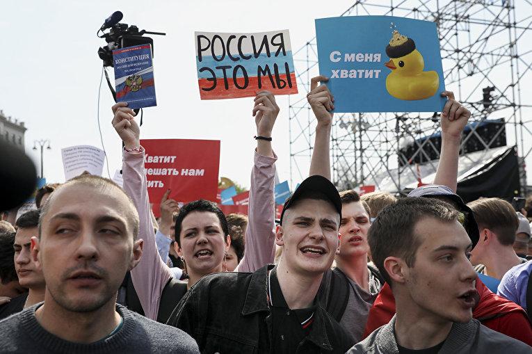Участники несанкционированной акции оппозиции в Москве.