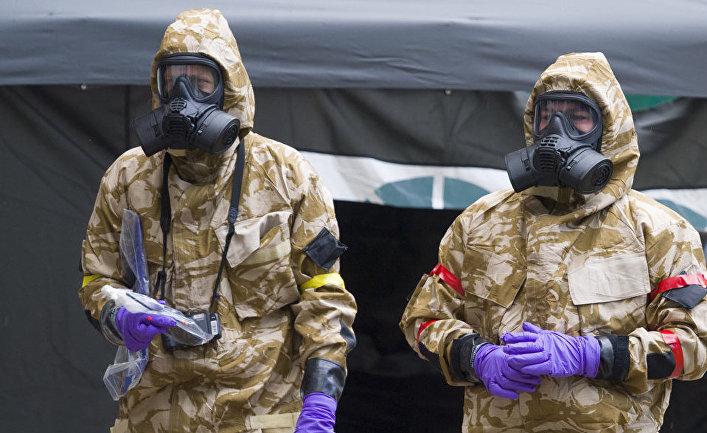Военные в защитных костюмах в Солсбери