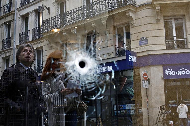 Пулевое отверстие на месте, где был застрелен сотрудниками полиции мужчина нападавший с ножом на прохожих в Париже