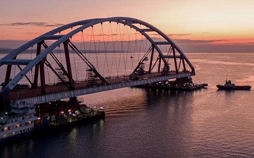 Установка автодорожной арки Крымского моста