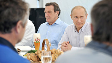 Владимир Путин и экс-канцлер ФРГ Герхард Шредер во время поездки в Северо-Западный федеральный округ