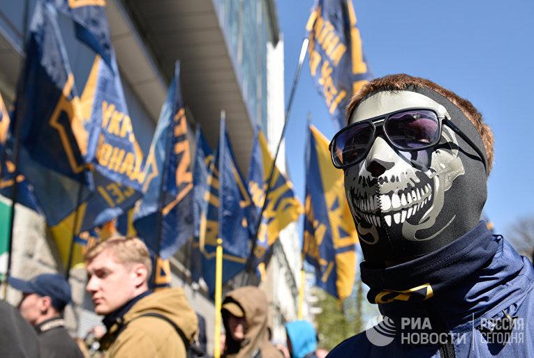 Акция протеста радикалов у здания украинского филиала Сбербанка в Киеве. 10 апреля 2017