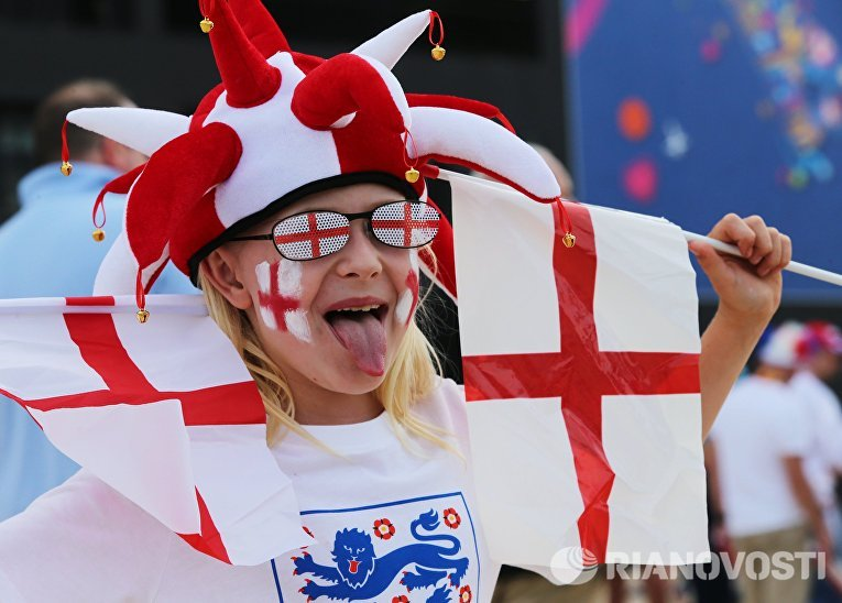 Английская болельщица перед началом матча группового этапа чемпионата Европы по футболу - 2016