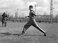 Защитник сборной команды СССР по футболу Геннадий Логофет на тренировке
