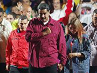 Президент Венесуэлы Николас Мадуро со своими сторонниками в Каракасе
